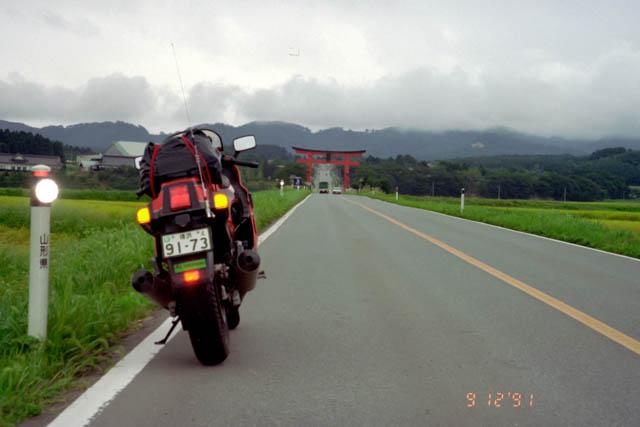 出羽三山神社・道路上にある鳥居