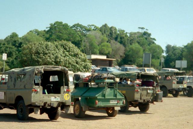 フレーザー島へ向かう4WD車
