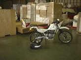 日通の梱包工場でバイクを引き渡す