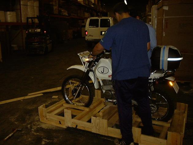 木箱から出されているバイク
