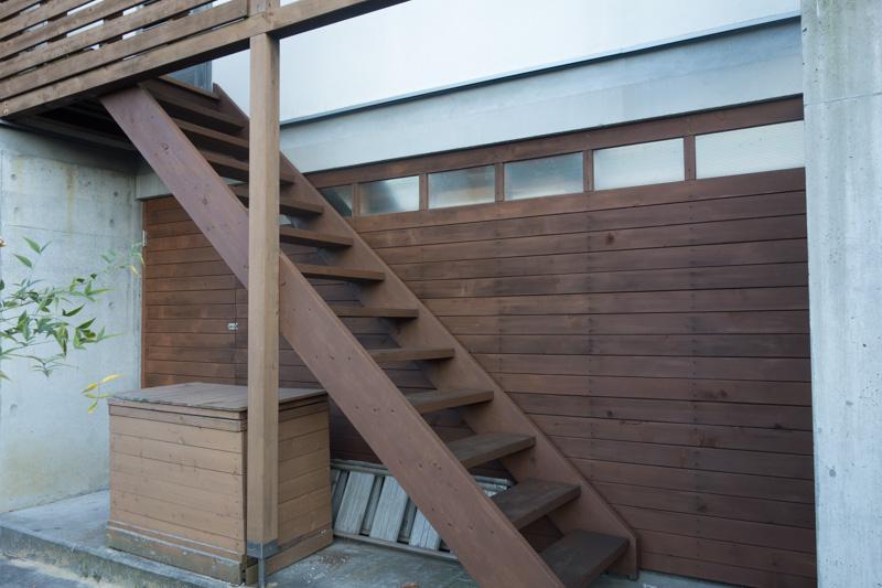 屋外の木製階段