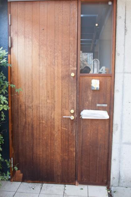 汚れたひどい杉材の無塗装玄関ドア
