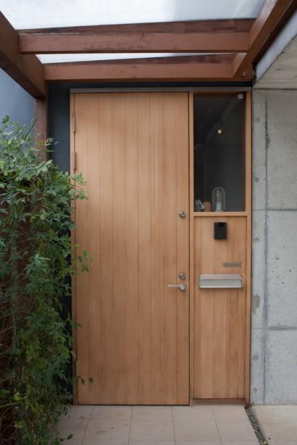 サンドペーパーをかけた杉材の玄関ドア
