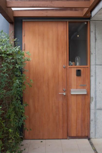 「キシラデコール やすらぎ」で塗装した杉材の玄関ドア