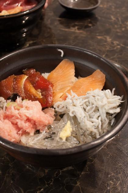 小町通りで食べたマグロサーモン丼