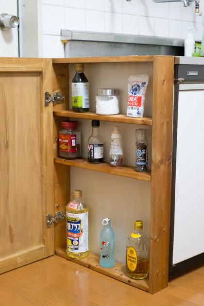 DIYで作った調味料ラックに調味料を入れたところ