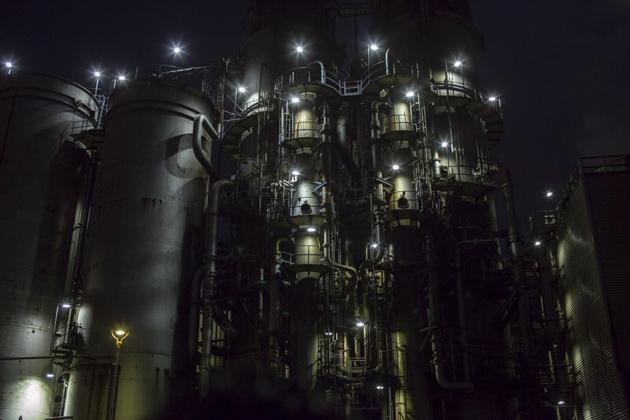 8本の光芒の工場夜景