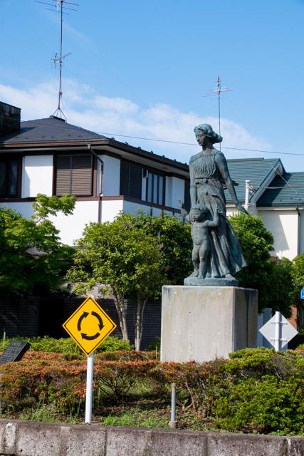 横浜市金沢区の環状交差点の母子像