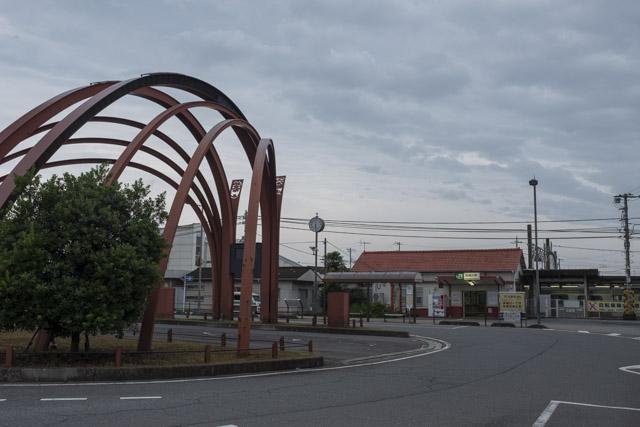 アーチ型のオブジェがある高麗川駅