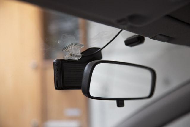 ドライブレコーダーを貼り付ける