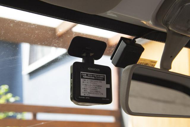 フロントガラスにドライブレコーダーを貼り付け
