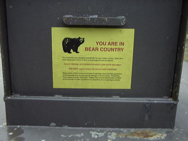 クマのいるエリアでのキャンプを知らせる貼り紙