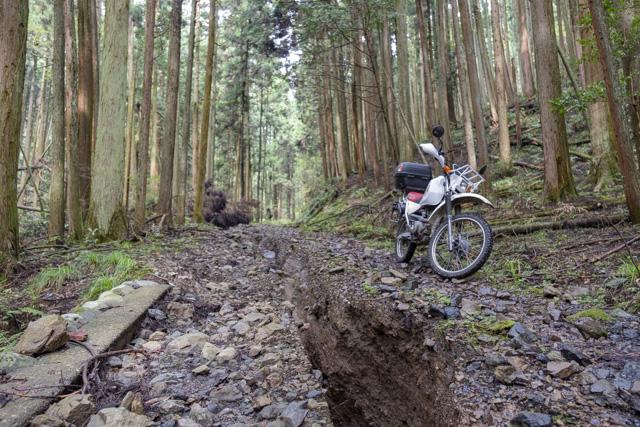 雨で掘れた林道・湯の花線