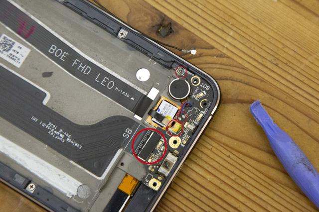 Zenfone3のUSB充電ポートにつながったケーブルを外す