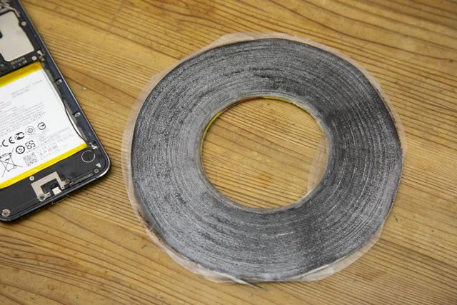 液晶パネル用両面テープを貼る