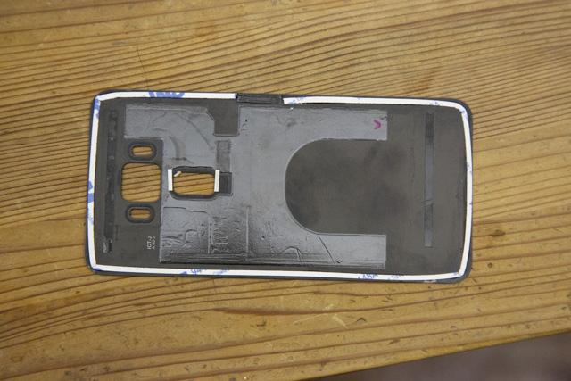 Zenfone3の背面カバーに両面テープを貼る