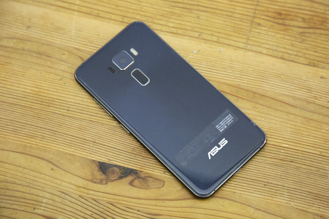 Zenfone3の背面カバーを取り付け