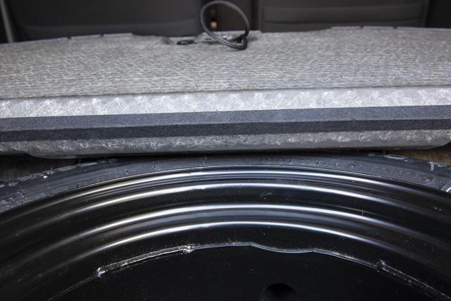 N-ONEの荷室のカバーとテンパータイヤが接触