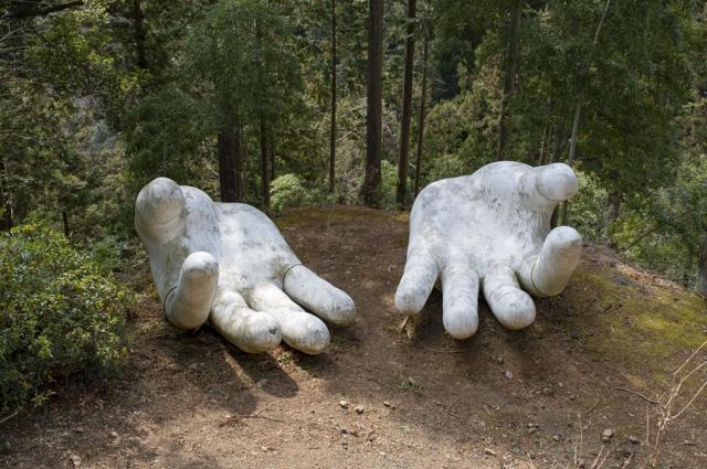 子ノ権現の巨大な白い手