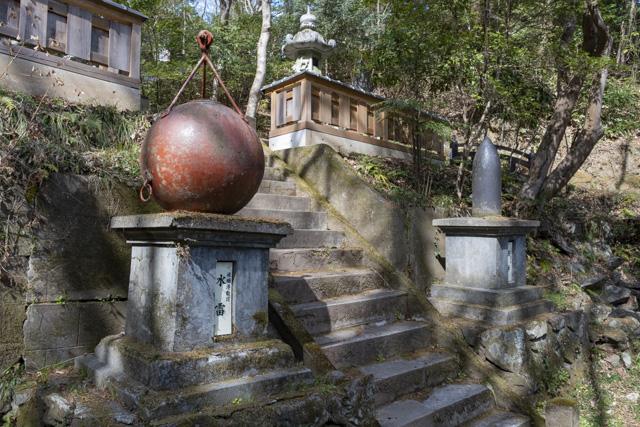 秩父御嶽神社・東郷公園の水雷と砲弾