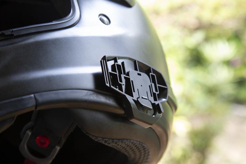 B+COM ONEの取付ベースをヘルメットへの取り付け