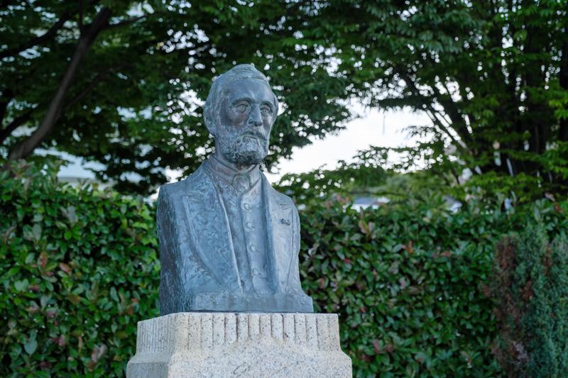 レオンス・ヴェルニーの銅像