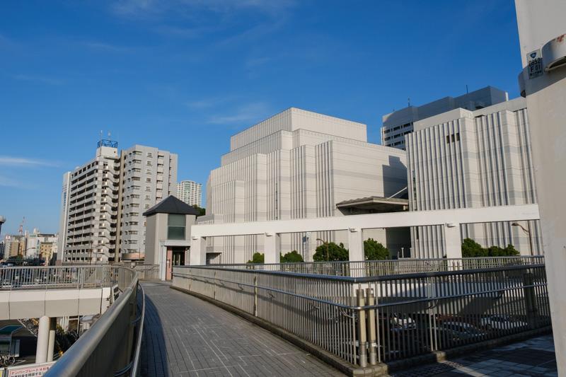 歩道橋から見た横須賀芸術劇場