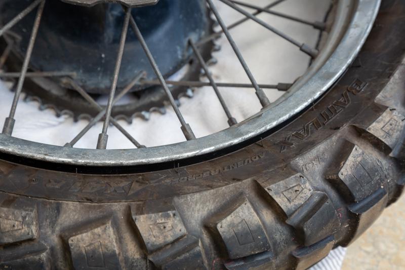 タイヤのビードを落とす