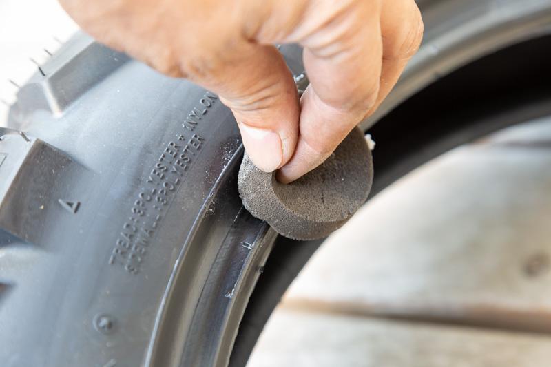 タイヤにビードクリームを塗る