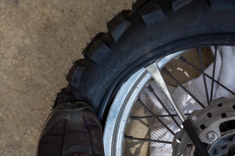 タイヤをホイールにはめる