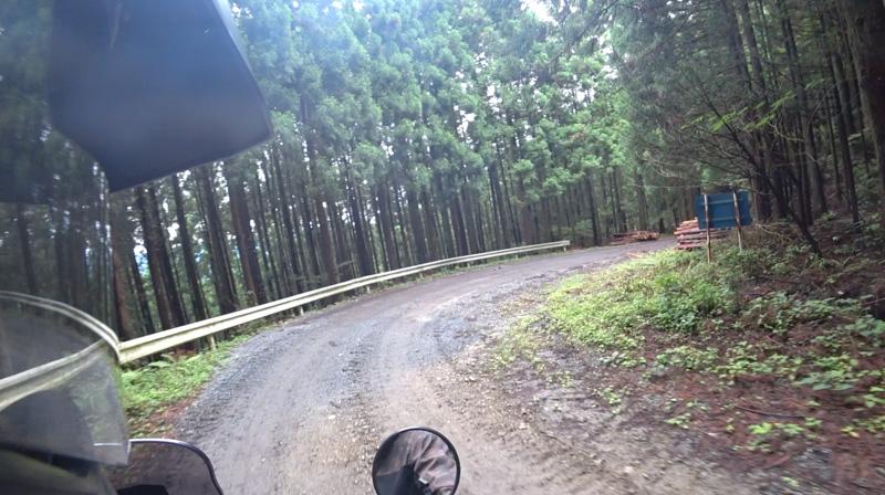 林道・東御荷鉾線の舗装路終了地点