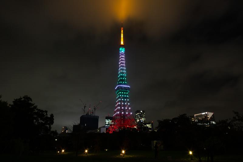 東京タワーLEDライトアップ・8月山色の東京タワー