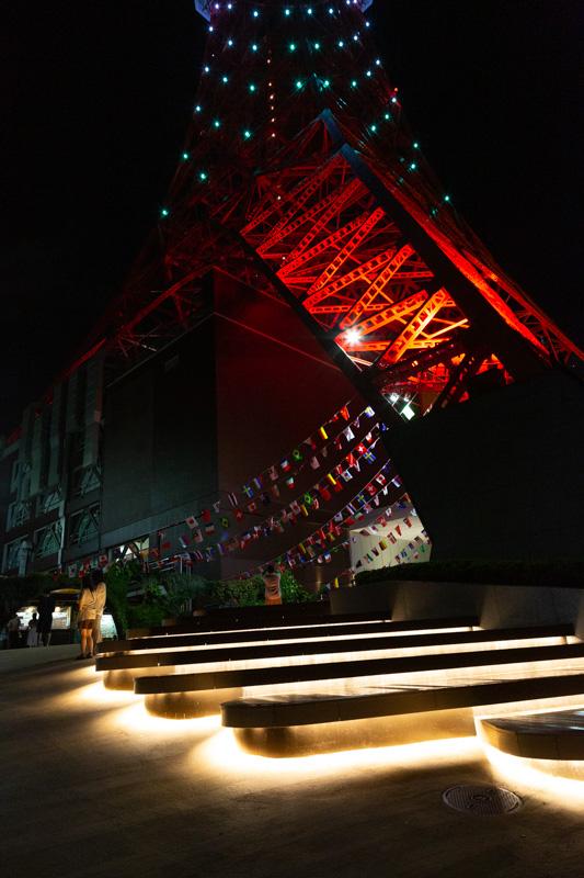 東京タワーLEDライトアップ・8月山色の東京タワーと国旗