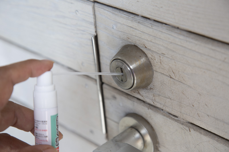 MIWA鍵穴専用潤滑剤を鍵穴に吹く