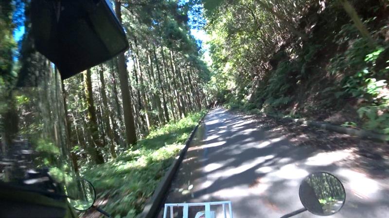 志田峠の砂利道〜森の中の舗装路
