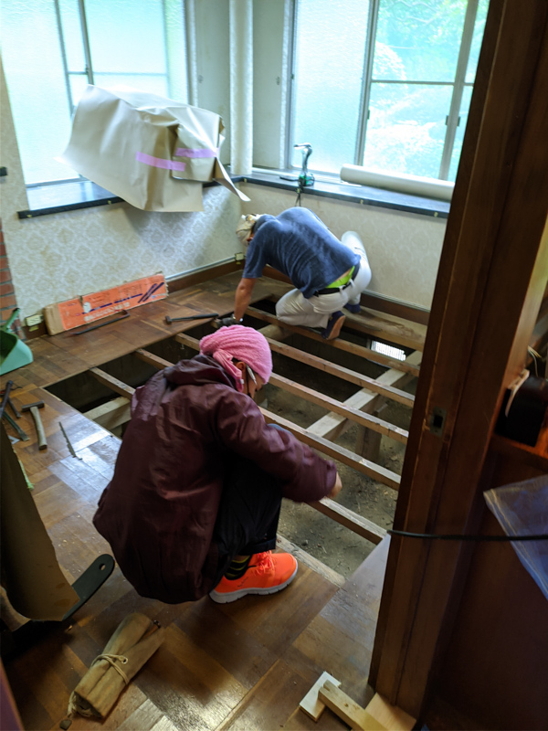 床材を部分的に剥がしてフローリングを張る