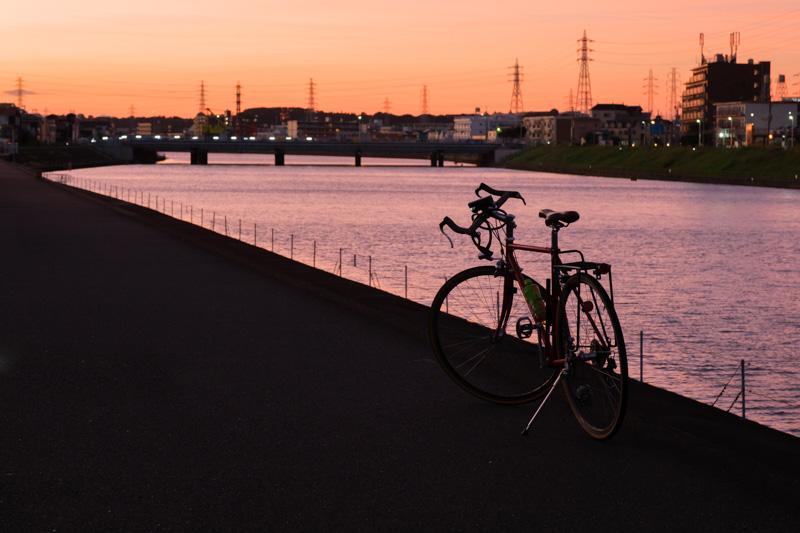 鶴見川サイクリングコース・夕焼けの末吉橋と自転車