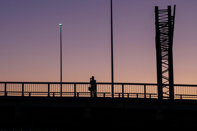 新横浜大橋から夕焼けを撮る人