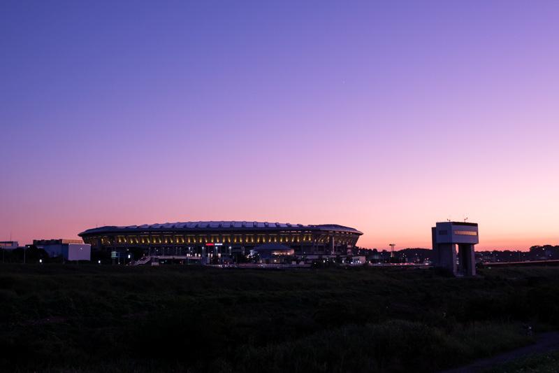 日産スタジアムと鶴見川遊水地排水門